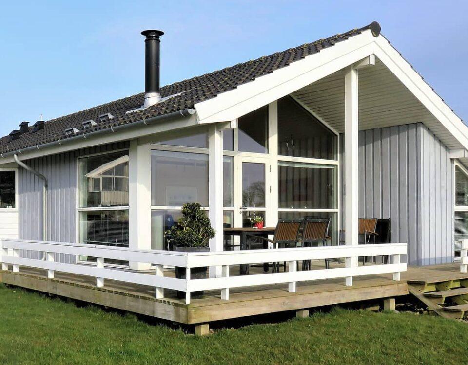 dom z drewnianym tarasem