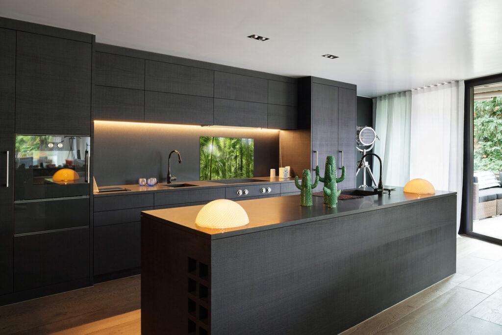 kuchnia ze szklanymi panelami